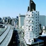 中央区の「中銀カプセルタワービル」にAirbnbで泊まれるようになってる! なんというフューチャーレトロ感